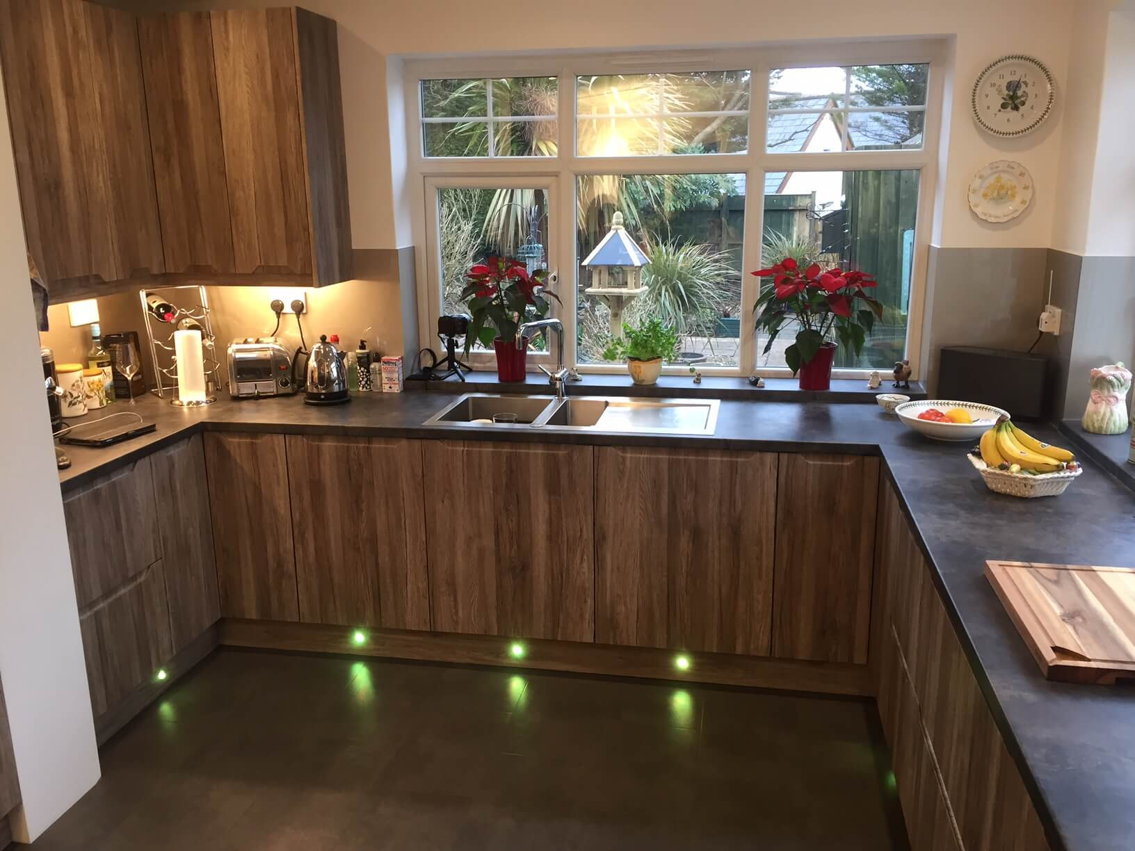 Finished Kitchen with acrylic splash Back and Llghts fitted2